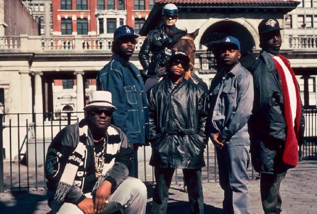 ??  ?? In 1990, the group above Above the Law with the rapper Eazy-E in New-York. (Al Pereira/Michael Ochs Archives/Getty Images)