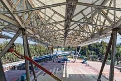 ??  ?? ROMPECABEZAS. El techo está conformado por seis piezas de 20 x 120 m, y tres piezas más del doble de tamaño. Para armarlo se requirió una grúa capaz de izar 3,000 toneladas en un solo movimiento.