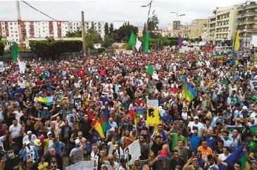 ??  ?? Un vibrant hommage a été rendu à Matoub Lounès lors de ce 123e vendredi du hirak à Béjaïa