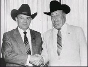 ?? CANWEST NEWS SERVICE ?? Eugene Whelan, right, meets with Mikhail Gorbachev in 1983, when both men were agriculture ministers. Mr. Gorbachev was impressed by Canadian farming.