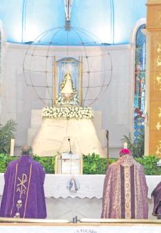 ??  ?? Mons. Ricardo Valenzuela consagra el pueblo paraguayo a la Virgen de Caacupé.