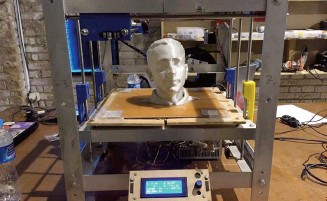 ??  ?? Made from recycled materials by Cairo Hackerspace, this 3D printer prints scanned head shots of exhibition attendees.
