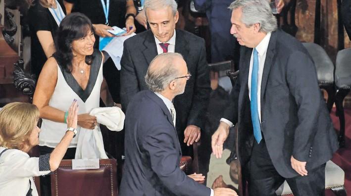 ?? MARCELO CARROLLO ?? Gestos. Los ministros de la Corte, Elena Highton y Carlos Rosenkrantz saludan al presidente Alberto Fernández el 10 de diciembre pasado en el día de su asunción.
