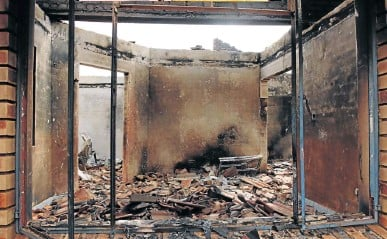?? /PHO­TOS / AN­TO­NIO MUCHAVE ?? One of the three houses which were torched at Hlan­ganani vil­lage, Giyani, by res­i­dents on the witch­hunt for sus­pects fol­low­ing the sus­pi­cious death of a lo­cal.