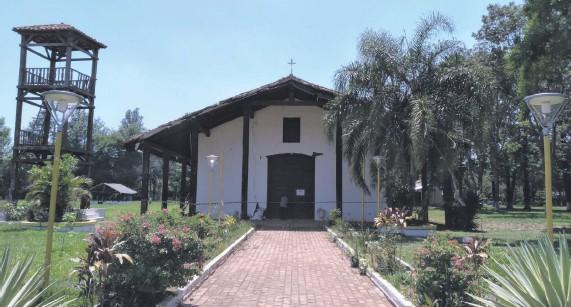??  ?? Las vigas de los corredores laterales y el campanario del templo están totalmente podridos. Actualmente el sitio está clausurado.