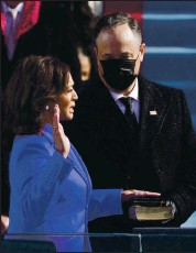 ?? PATRICK SEMANSKY — POOL/AFP VIA GETTY IMAGES ?? Kamala Harris is sworn in as vice president by Supreme Court Justice Sonia Sotomayor as her husband, Doug Emhoff, holds the Bible at the U.S. Capitol on Wednesday.