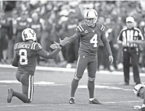 ?? MICHAEL CONROY/AP ?? Colts kicker Adam Vinatieri is congratulated by Rigoberto Sanchez after a field goal Sunday.