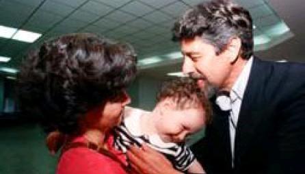 ?? Ln ?? Sagasti llega al aeropuerto Juan Santamaría en diciembre de 1996, luego de haber sufrido un secuestro en la Embajada de Japón en Perú. En la foto, su exesposa, Silvia Charpentier, y la hija de ambos.