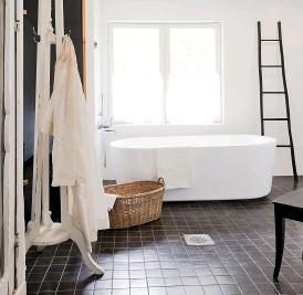 ??  ?? WELLNESS Neben der Badewanne befindet sich eine Sauna. Auch hier regiert ein modernes Schwarz-Weiß-Schema.