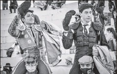 ?? Foto: cortesía de jairo grijalva ?? • 'El Bandi' y Antonio León, los dos triunfadores del festejo. salieron a hombros de la plaza del Pujilí el día domingo.