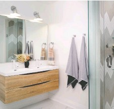 ??  ?? Natural wood cabinetry, as featured in this bathroom by Michelle Berwick Design, adds a classic feel to a modern bathroom.