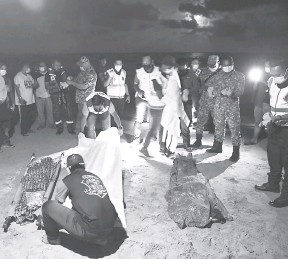 ?? — Gambar Bernama ?? HIBA: Jenazah Fitrah dan Nor Najuwa diratapi ahli keluarga selepas ditemui lemas ketika mandi di pantai Kampung Sungai Ular, Kuantan semalam.