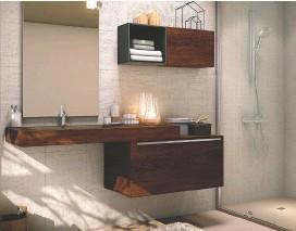 """??  ?? BOÎTES À RYTHMES Symétriques et asymétriques à la fois, ces meubles apportent un nouveau rythme. Plan de toilette L. 220 x l. 54 x H. 24 cm, caisson-meuble bas L. 90 x P. 50 x H. 32 cm. En stratifié décor bois. """"Progetto+"""", Inda chez Envie de salle de bain, 3 083 € la composition."""