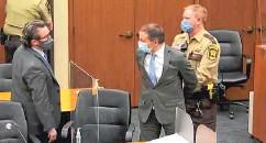 ??  ?? Ex-Polizist Derek Chauvin (Mitte) wird in Handschellen in den Gerichtssaal geführt.