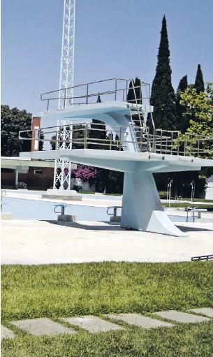 """?? FOTOS DR ?? Quase 55 anos depois da abertura, a câmara avança com obras para dignificar uma estrutura que em tempos foi considerada a """"mais bela piscina do Alentejo"""", diz o autarca Paulo Arsénio"""