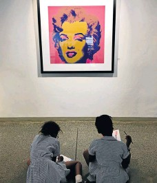 ?? /Chris Thurman ?? Screen prince: A pair of school pupils study Andy Warhol's famous portrait of Marilyn Monroe at the Wits Art Museum in Johannesburg.