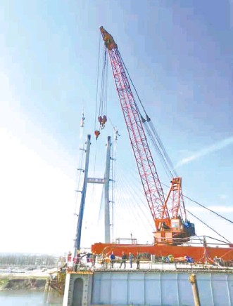 ??  ?? The completion of Chibi Yangtze Highway Bridge赤壁长江公路大桥合龙现场