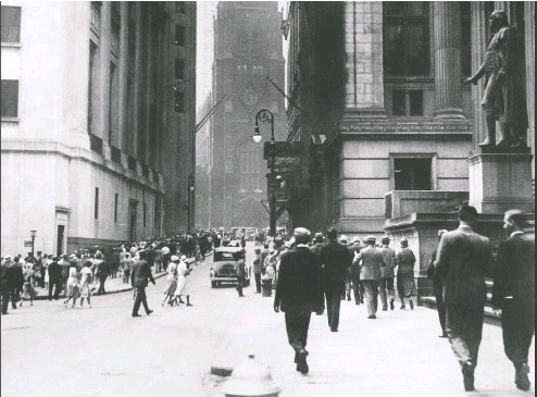 ?? AFP VIA GETTY IMAGES FILES ?? A view of Wall Street in New York during the financial crisis of October 1929, when the stock market crashed and prices fell so far that in just a few hours they wiped out all the gains that had been made in the previous year.