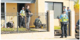 ?? Pictures: Shannon Verhagen ?? T a c t ic a l response group officers and other police at the Dalyellup home where the stand-off occurred.