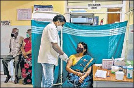 ?? REUTERS ?? A woman receives a dose of the Covishield vaccine at a vaccination centre in Bengaluru.