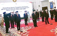 ?? LUKAS/SETPRES ?? AMBIL SUMPAH: Presiden Joko Widodo melantik dewan pengawas beserta direksi BPJS Kesehatan dan BPJS Ketenagakerjaan di Istana Negara kemarin (22/2).