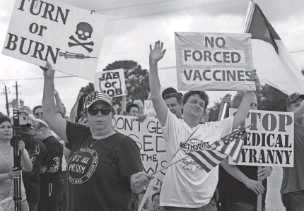 ?? YI-CHIN LEE/AP ?? Protesters wave signs at Houston Methodist Baytown Hospital in Baytown, Texas, on Monday.