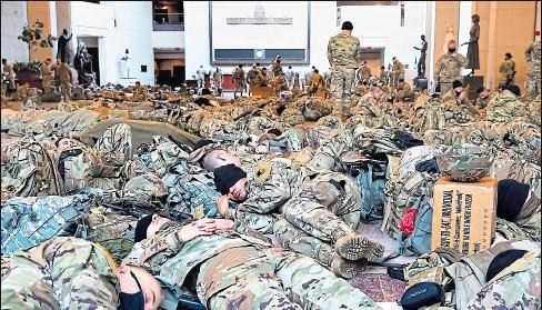 ?? JIM LO SCALZO / efe ?? •• Por primera vez desde la Guerra Civil (1861-1865), los militares durmieron en la sede de la Función Legislativa.