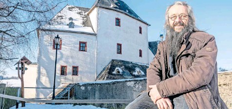 ?? FOTO: KRISTIAN HAHN ?? Wolkensteins Bürgermeister Wolfram Liebing, hier noch mit dem letzten Schnee vor der Burg-schloss-anlage.