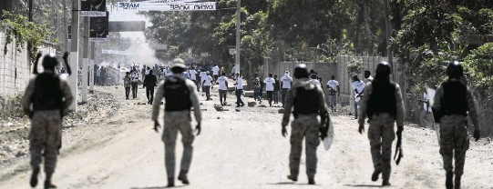 ?? MATIAS DELACROIX AP ?? Supporters of slain Haitian President Jovenel Moïse are blocked by security forces from attending his funeral in Cap-Haïtien on Friday.