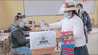 ?? STRINGER / EFE ?? Decisión. Unos 25 millones de electores fueron convocados para votar en Perú para elegir al presidente.
