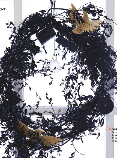 ??  ?? WARM WELCOME See page 57 for details on how this one- of-a-kind wreath is made.