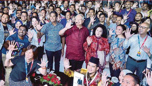 ?? PIC BY MOHD YUSNI ARIFFIN ?? Prime Minister Datuk Seri Najib Razak and his wife, Datin Seri Rosmah Mansor, at the TN50 Youth Canvas event last week. With them is Youth and Sports Minister Khairy Jamaluddin.
