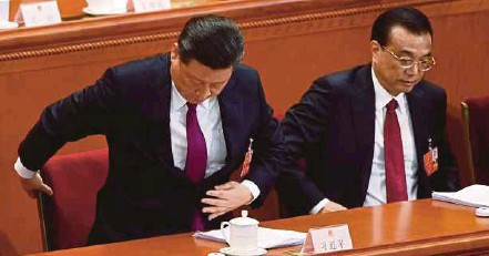 ?? AFP PIC ?? Chinese President Xi Jinping (left) and Premier Li Keqiang attending the National People's Congress, in Beijing's Great Hall of the People on Monday. Li has announced Beijing has cut the budget deficit target to 2.6 per cent of gross domestic production.