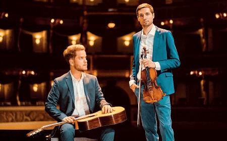 ??  ?? In due Il chitarrista Lorenzo Bernardi e il violinista Saverio Gabrielli