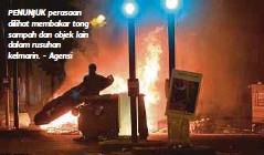 ??  ?? PENUNJUK perasaan dilihat membakar tong sampah dan objek lain dalam rusuhan kelmarin. - Agensi