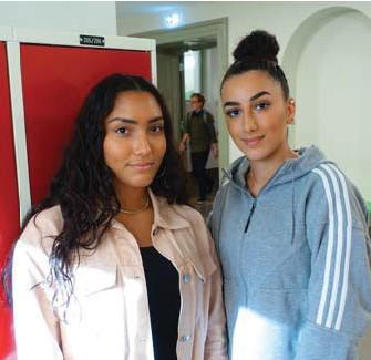 ??  ?? GÖR SKILLNAD. Linah och Julia har startat en POC-förening för att få fler att känna sig hemma på Anna Whitlocks gymnasium på Kungsholmen.