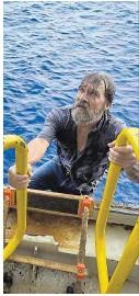 ??  ?? Stundenlang klammerte sich Bee an sein Schiff (li.), bis er schließlich an Bord des Frachters klettern konnte (o.).