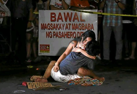 """??  ?? SILVER AWARDEE Raffy Lerma's viral photograph, """"Lamentation,"""" won silver for Best News Photograph. The photo offers a heartbreaking take on the government's ruthless war on illegal drugs."""
