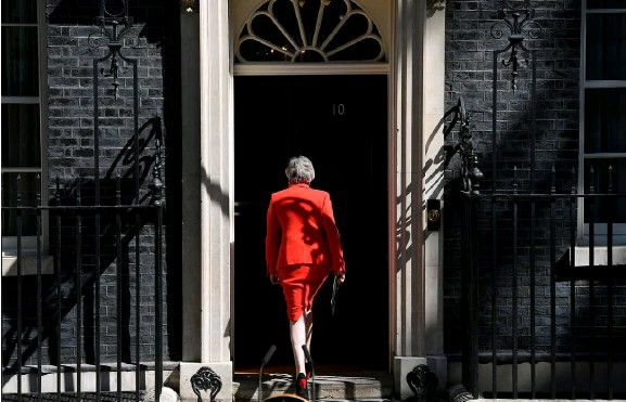 ??  ?? UK Prime Minister Theresa May returns to No 10 Downing Street after delivering her emotional resignation speech on Friday morning