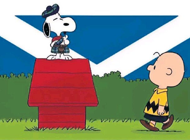 ??  ?? SCOTLAND THE BRAVE: Charlie Brown with a kilted Snoopy and a saltire backdrop in the new adventure, which is available to pre-order now.