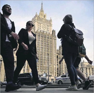 """?? Alexander Nemenov/agence France-presse ?? Pedestrians walked past the Russian Foreign Ministry headquarters in Moscow on Thursday. Foreign Ministry spokeswoman Maria Zakharova said that a Russian response to the latest U.S. sanctions was """"inevitable."""""""