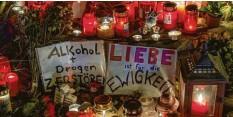 ?? Archivfoto: Lino Mirgeler, dpa ?? Kerzen, Blumen und Stofftiere wurden bei der Mahnwache für den bei dem Raserun‰ fall getöteten jungen Mann in München aufgestellt.