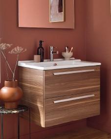 """??  ?? GAIN DE PLACE Aussi large que haut, un meuble carrément pratique, avec deux tiroirs à fermeture progressive. L. 57 x P. 47 x H. 56 cm. En mélaminé façon noyer. """"Struktura"""", Jacob Delafon, 553 €."""