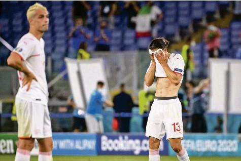 ?? Foto: Jean-Christophe Bott (Keystone) ?? Überfordert und untergegangen: Die Schweizer Nationalspieler Granit Xhaka und Ricardo Rodriguez.