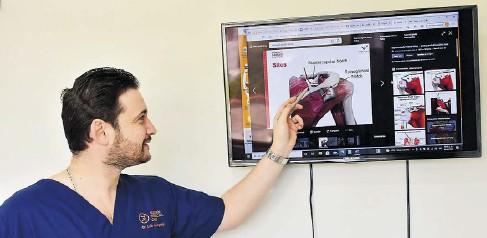 ?? JOHN ROBLEDO ?? El especialista en cirugía de hombro, Andrés de la Espriella, explica a EL HERALDO el procedimiento.