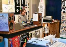 ??  ?? Lesneu (ci-dessus, à droite) sera le premier à sortir un disque sur le nouveau label du « Bad Seeds Record shop », situé place Guérin. (Photo Lesneu)