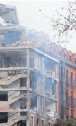 ?? FOTO: GABRIEL BOUYS/DPA ?? Bei der Explosion stürzte die Fassade des Gebäudes fast völlig ein.