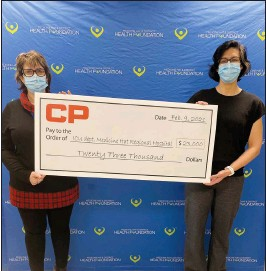 ?? SUBMITTED PHOTO ?? Valerie Verge, major gift coordinator with Medicine Hat & District Health Foundation, holds a cheque for $23,000 from Canadian Pacific with Sarah Beckman, ICU manager at Medicine Hat Regional Hospital, where equipment has been purchased with the donation.