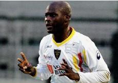 ??  ?? Souleymane Diamoutene, 27 anni, arrivato a Lecce nel 2004, prestato al Bari nella stagione scorsa, ora è di nuovo con i salentini: la sua curva. Gli ultrà lo hanno aggredito verbalmente: un bruttissimo episodio