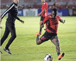 ?? KYNAN MARLIN/THE REPUBLIC ?? Solomon Asante kicks the ball before the Phoenix Rising's playoff game against the Portland Timbers 2 on Friday night.